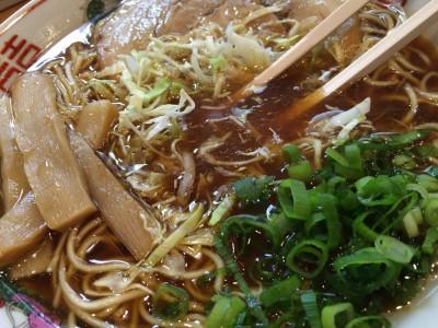 中華そばのスープにキャベツを浸す