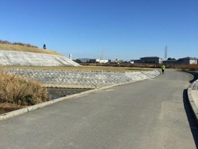 河川敷のサイクリング道