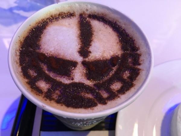 「シャアザク」のカフェラテ
