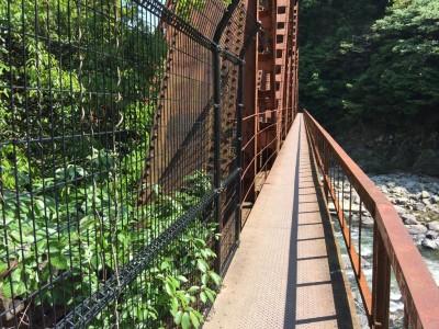 鉄橋の側道