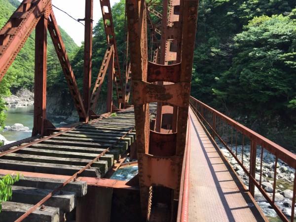 古い鉄橋なので安全面が不安