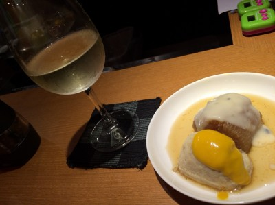 大根おでん(トリュフ入りバーニャカウダソース)1/2サイズ+国産鶏つくねボール(ハニーマスタード)1/2サイズと白ワイン