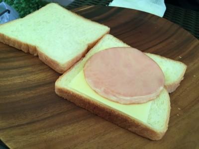パンにハムとチーズ