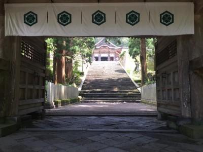 後ろ向き門から見た社殿