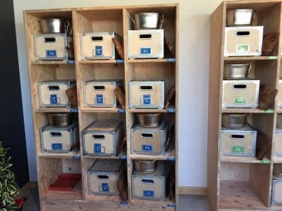 センターハウスの棚に置いてある調理器具と食器