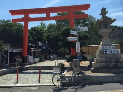 淡嶋神社の鳥居をくぐり境内へ