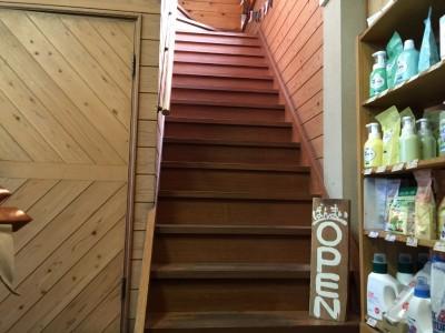 1階店内奥にあるばんまいへの階段
