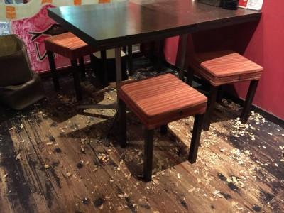 ピーナッツ殻は床へ捨てる