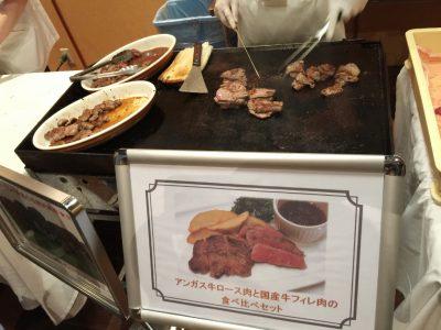アンガス牛ロース肉と国産牛フィレ肉の食べ比べセット調理中