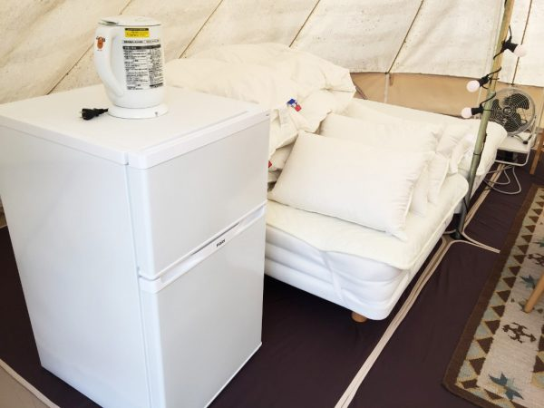 テント入って左手に冷蔵庫とベッド