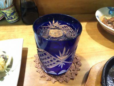 木挽ブルーが入ったブルーのグラス