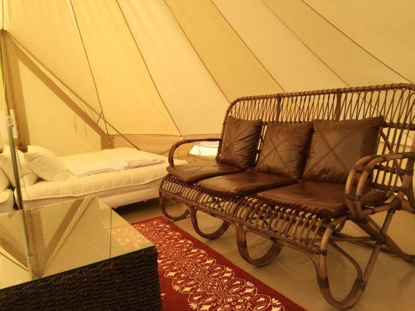 『デラックス』や『ハイグレード』のテント内