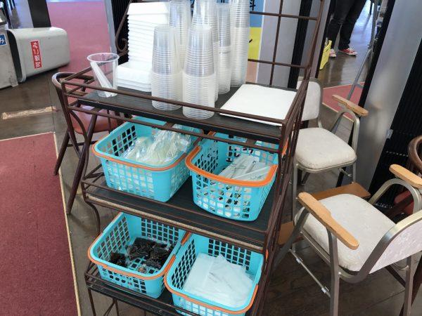 コップや皿などもセルフサービス