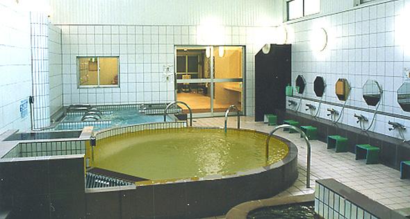 大きな天然温泉浴槽