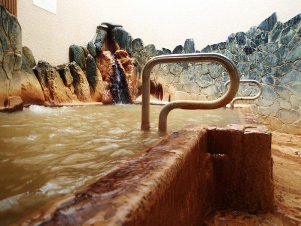 析出物がこびりついた浴槽