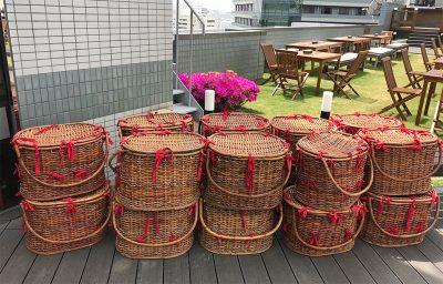荷物を入れる籠