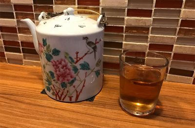陶器に入ったお茶