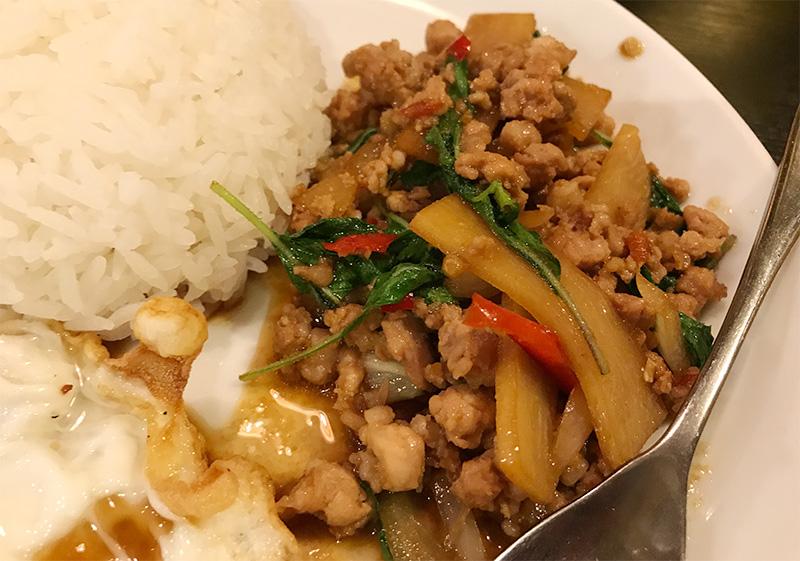 タイ料理 バーンスキタイ 鶏肉のバイガパオ炒めと目玉焼