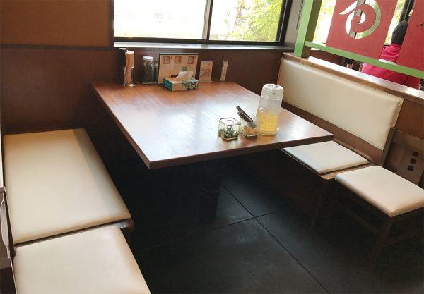 エース軒 テーブル席