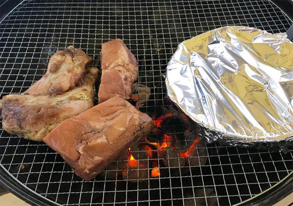 骨付き鶏もも肉のコンフィ 2時間漬け込みスペアリブ スキレット